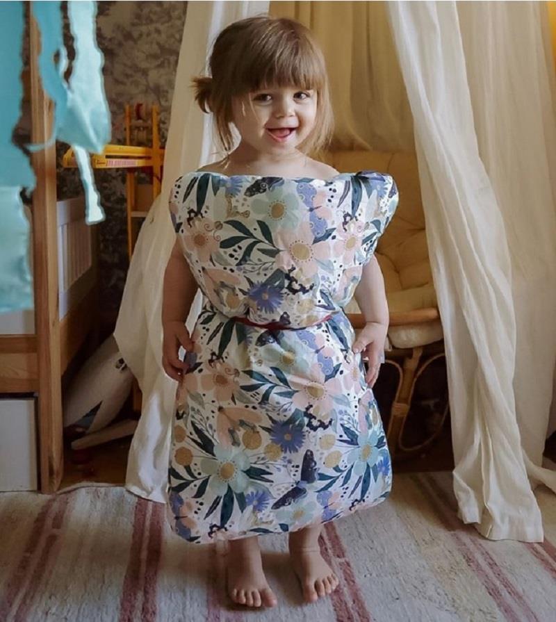 Ở nhà mùa dịch, giới trẻ thế giới phát sốt với trào lưu 'biến gối thành váy' Ảnh 6