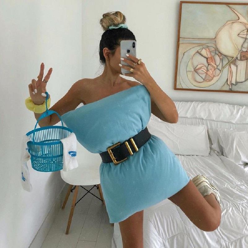 Ở nhà mùa dịch, giới trẻ thế giới phát sốt với trào lưu 'biến gối thành váy' Ảnh 2