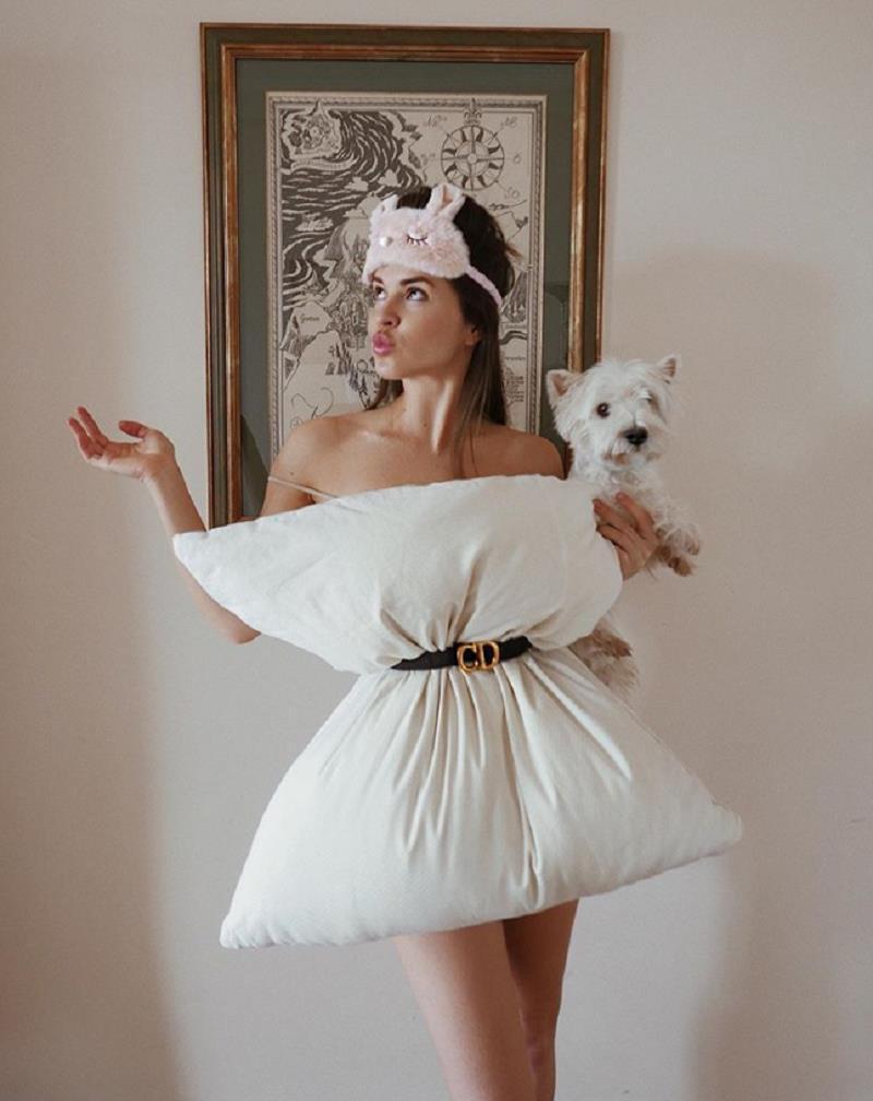 Ở nhà mùa dịch, giới trẻ thế giới phát sốt với trào lưu 'biến gối thành váy' Ảnh 3