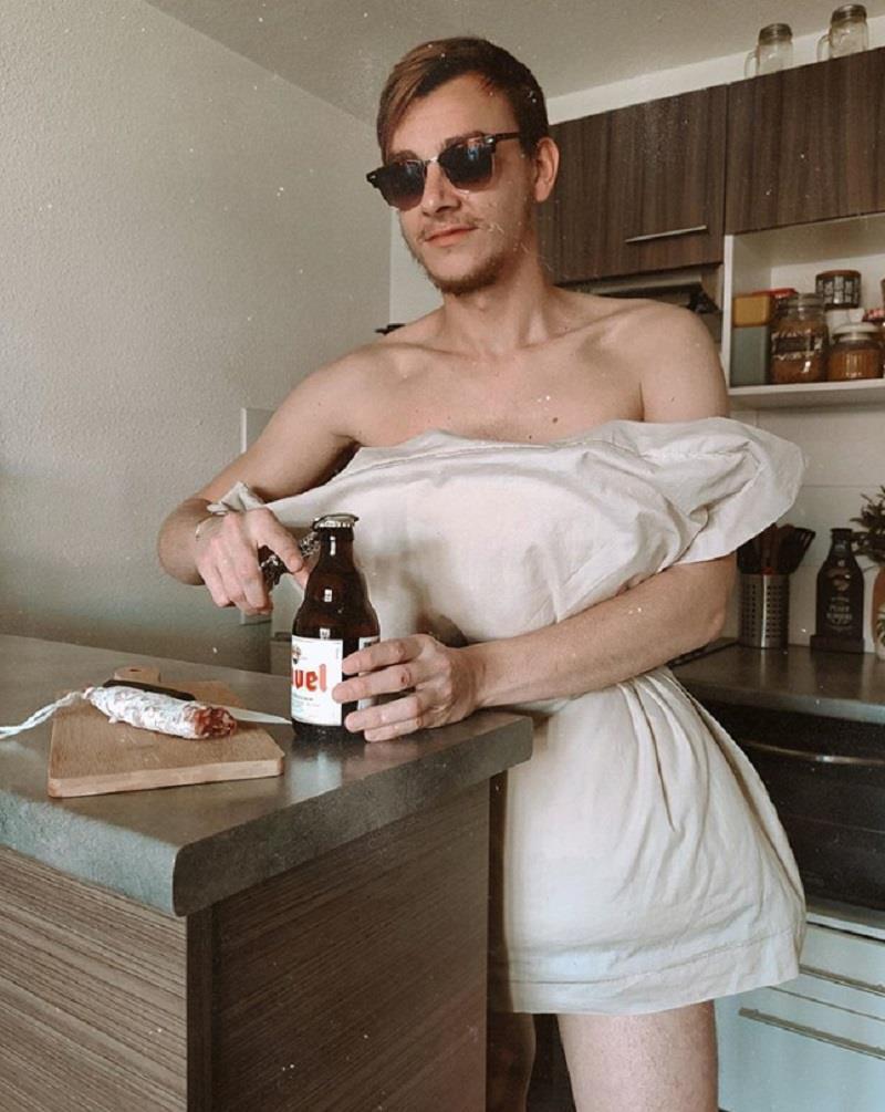 Ở nhà mùa dịch, giới trẻ thế giới phát sốt với trào lưu 'biến gối thành váy' Ảnh 7