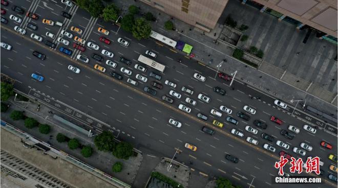 Đường xá Vũ Hán tắc nghẽn trong giờ cao điểm Ảnh 2