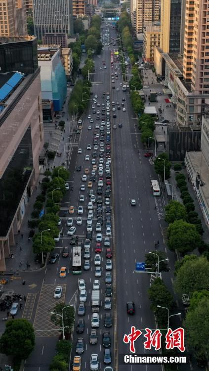 Đường xá Vũ Hán tắc nghẽn trong giờ cao điểm Ảnh 5