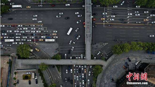 Đường xá Vũ Hán tắc nghẽn trong giờ cao điểm Ảnh 1