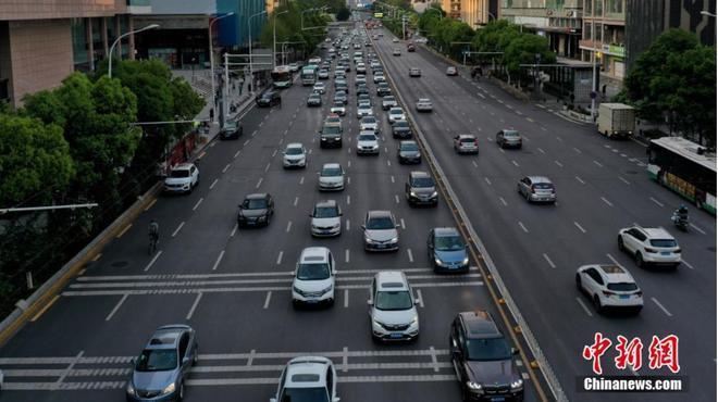Đường xá Vũ Hán tắc nghẽn trong giờ cao điểm Ảnh 3