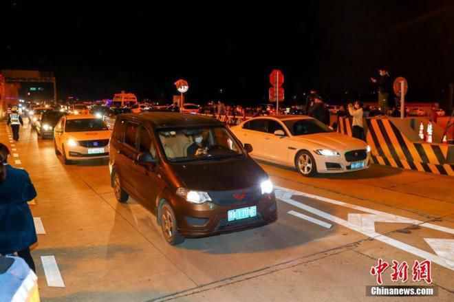 Đường xá Vũ Hán tắc nghẽn trong giờ cao điểm Ảnh 7