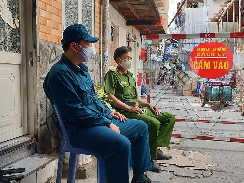 Công an trong 'cuộc chiến' tại ổ dịch Buddha và quận 8 Ảnh 2