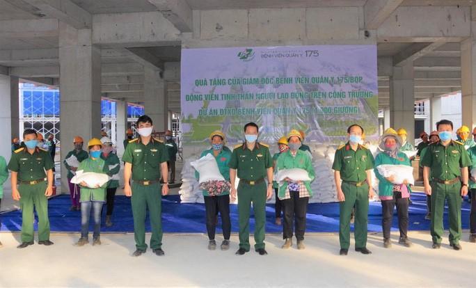 Bệnh viện tự làm khẩu trang, tặng gạo cho lao động tại công trường Ảnh 1