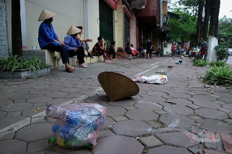 Nón, dép xếp thẳng hàng cách nhau 2m của người dân nhận thực phẩm miễn phí Ảnh 4