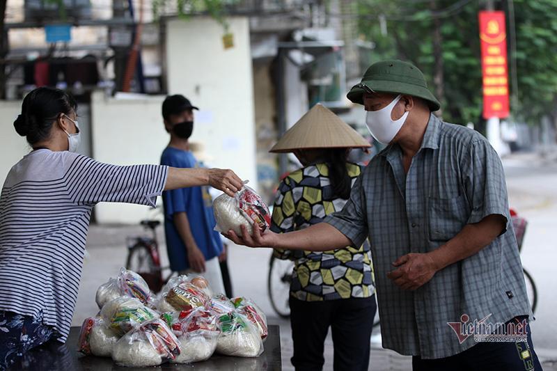 Nón, dép xếp thẳng hàng cách nhau 2m của người dân nhận thực phẩm miễn phí Ảnh 15