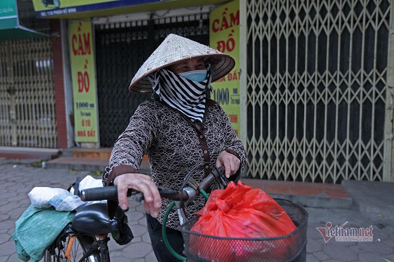 Nón, dép xếp thẳng hàng cách nhau 2m của người dân nhận thực phẩm miễn phí Ảnh 12