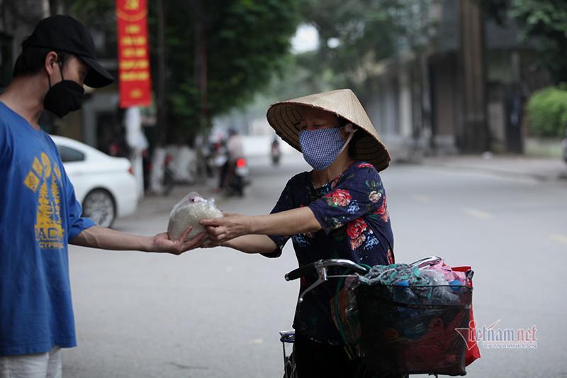 Nón, dép xếp thẳng hàng cách nhau 2m của người dân nhận thực phẩm miễn phí Ảnh 10