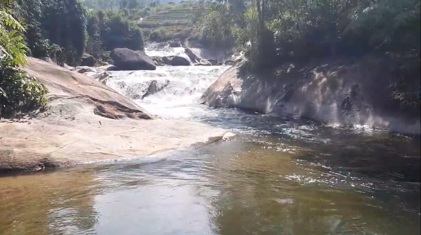 Trời nắng đi tắm thác, 2 chị em ruột đuối nước thương tâm Ảnh 1