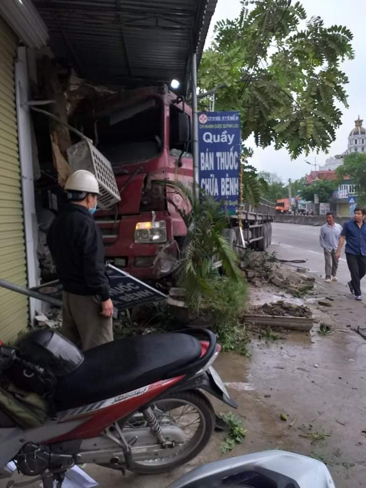 Xe đầu kéo tông sập nhà dân lúc nửa đêm, lái xe nhập viện Ảnh 3
