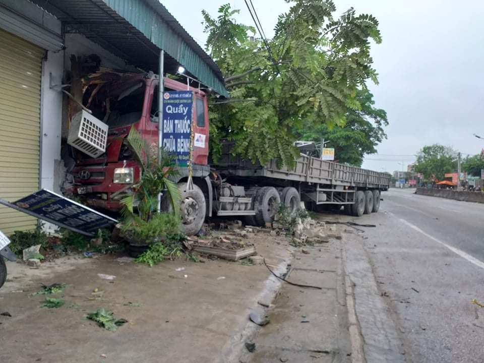Xe đầu kéo tông sập nhà dân lúc nửa đêm, lái xe nhập viện Ảnh 2