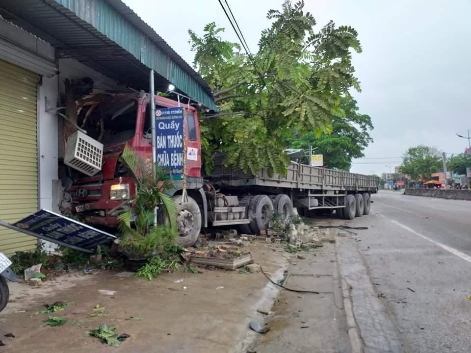 Xe đầu kéo tông sập nhà dân lúc nửa đêm, lái xe nhập viện Ảnh 4