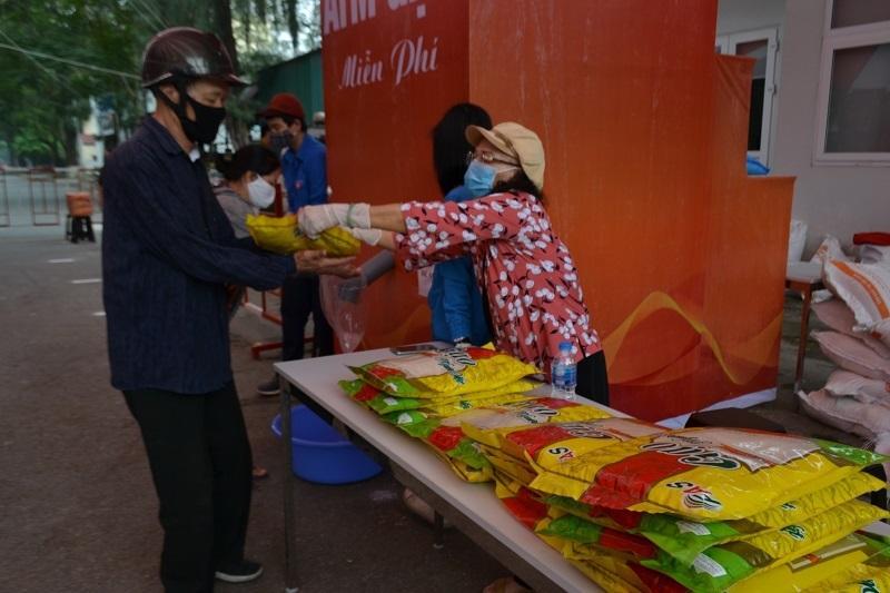 Quận Hai Bà Trưng: Mỗi ngày gần 2.000 người nhận chia sẻ từ những 'cây gạo yêu thương' Ảnh 1