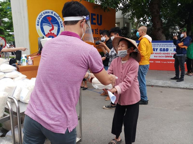 Quận Hai Bà Trưng: Mỗi ngày gần 2.000 người nhận chia sẻ từ những 'cây gạo yêu thương' Ảnh 3
