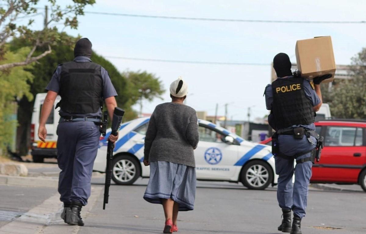 Dịch COVID-19: 1/4 người dân Nam Phi hết tiền mua thực phẩm Ảnh 1