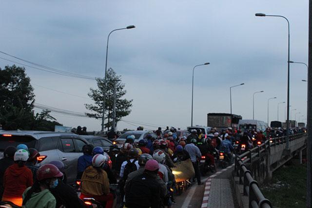 Kẹt xe kéo dài từ Bình Dương sang TP Hồ Chí Minh Ảnh 5