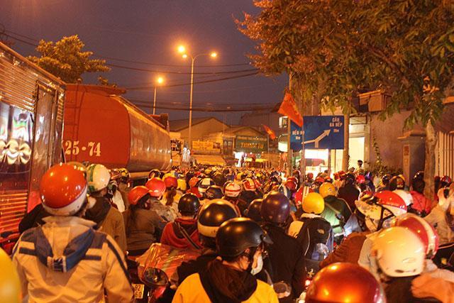 Kẹt xe kéo dài từ Bình Dương sang TP Hồ Chí Minh Ảnh 2