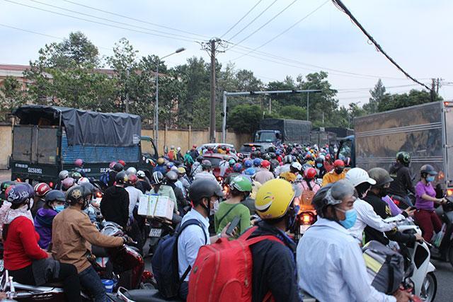 Kẹt xe kéo dài từ Bình Dương sang TP Hồ Chí Minh Ảnh 3