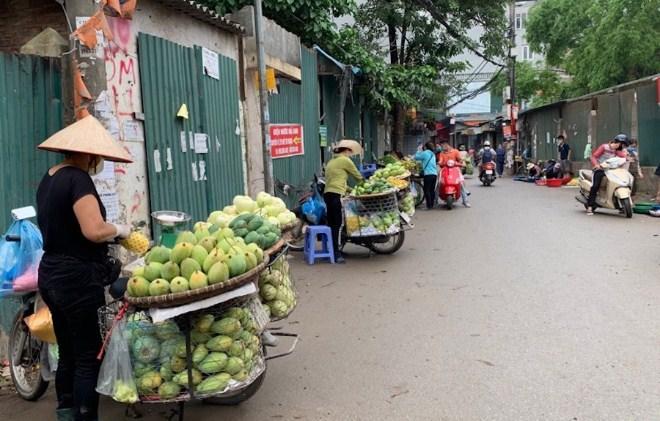Chợ 'cóc' tràn lan, vi phạm giãn cách xã hội phổ biến Ảnh 6