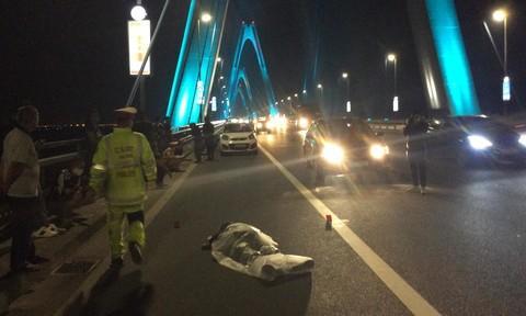 Tài xế thay lốp trên cầu Nhật Tân, bị xe máy tông tử vong Ảnh 3