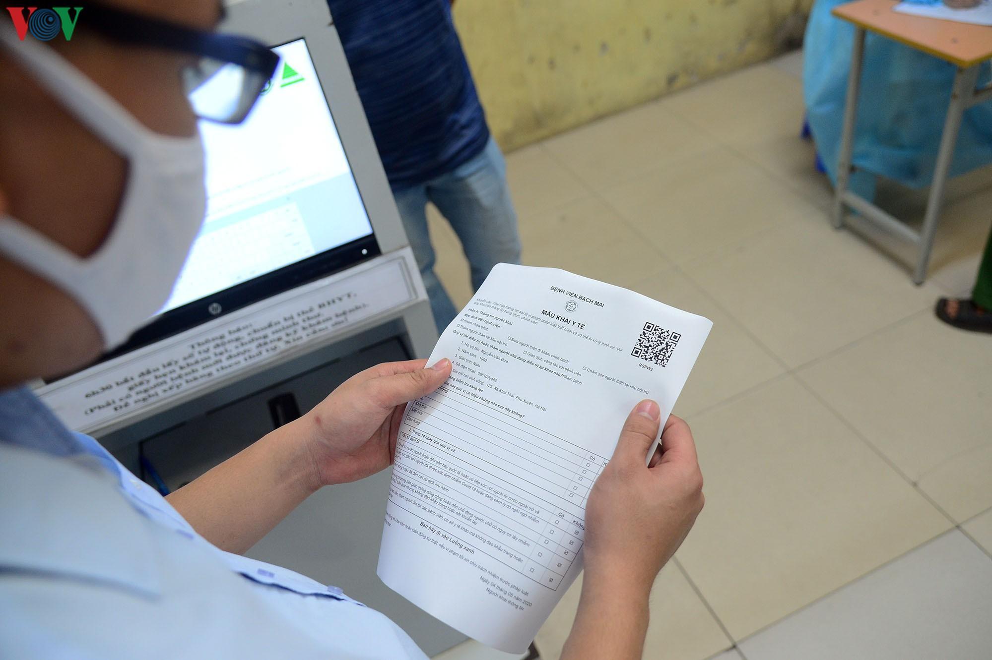 Người dân đổ về bệnh viện Bạch Mai khám bệnh sau thời gian cách ly Ảnh 12