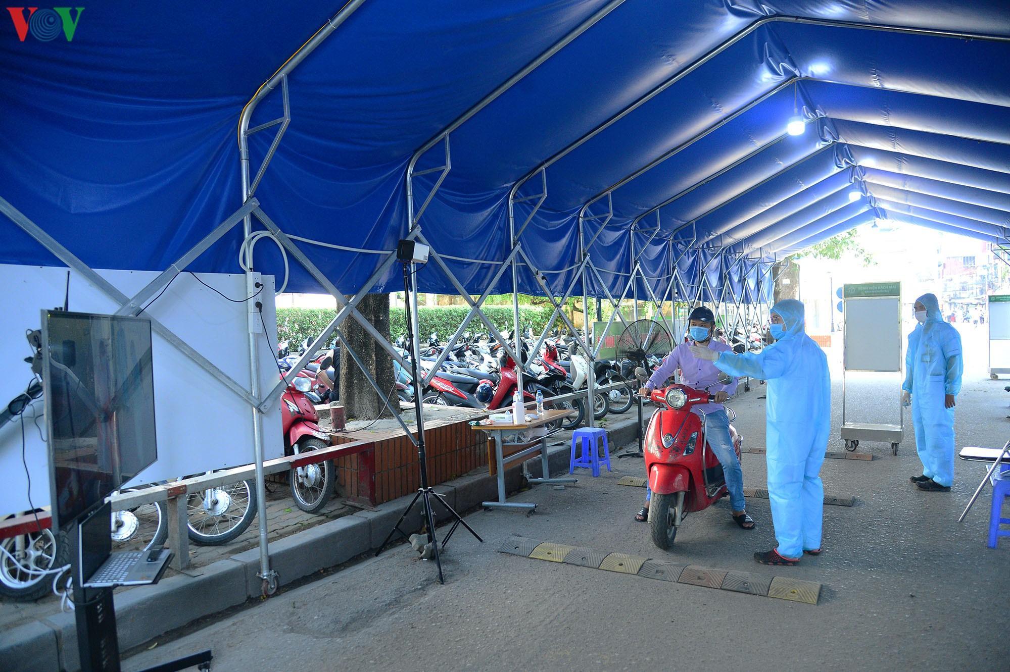 Người dân đổ về bệnh viện Bạch Mai khám bệnh sau thời gian cách ly Ảnh 6