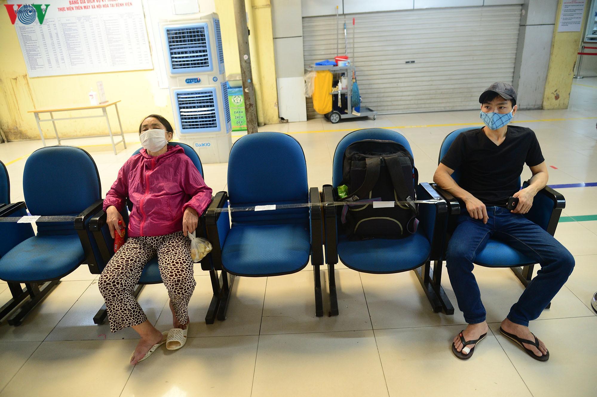 Người dân đổ về bệnh viện Bạch Mai khám bệnh sau thời gian cách ly Ảnh 17