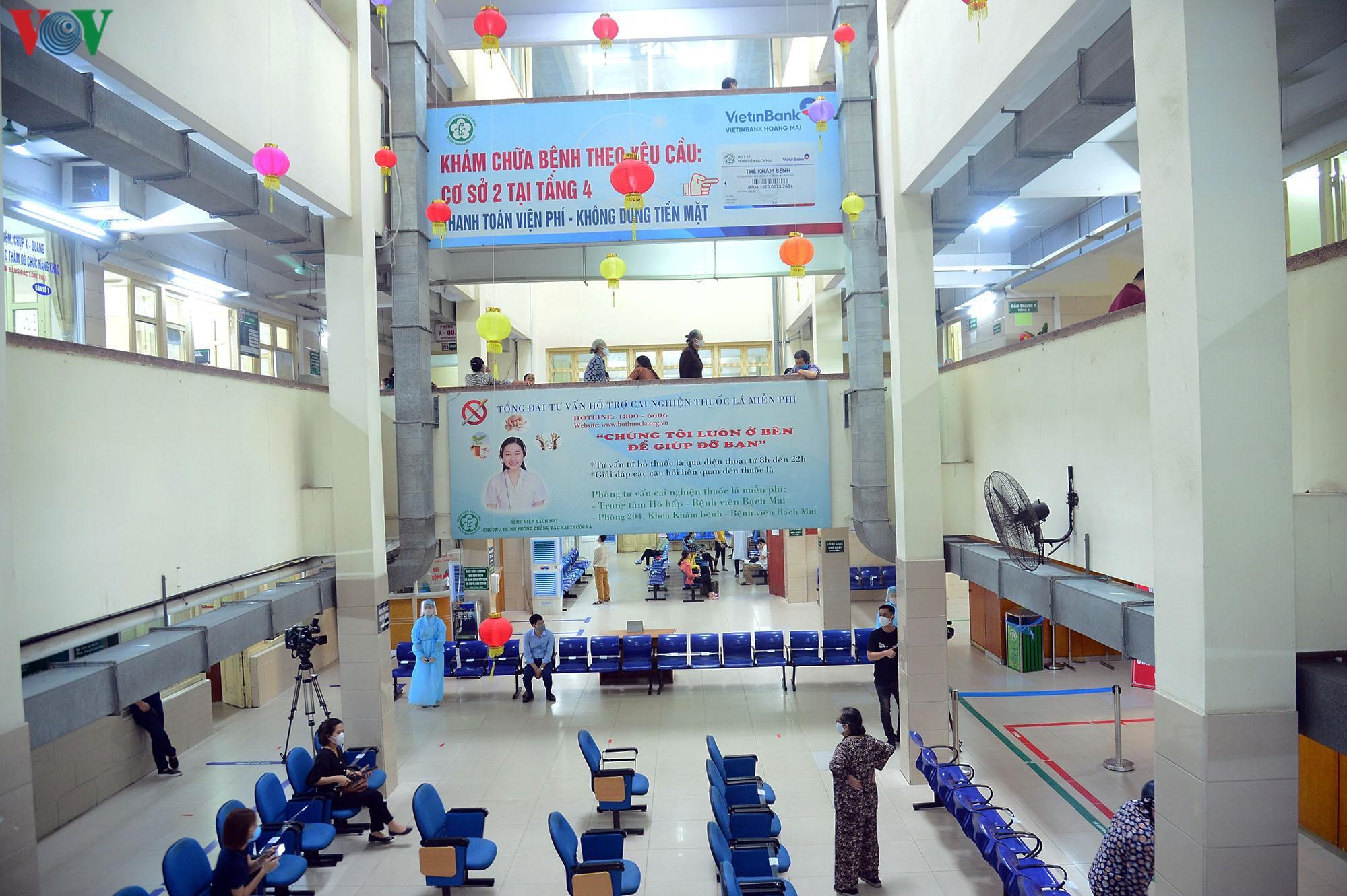 Người dân đổ về bệnh viện Bạch Mai khám bệnh sau thời gian cách ly Ảnh 18