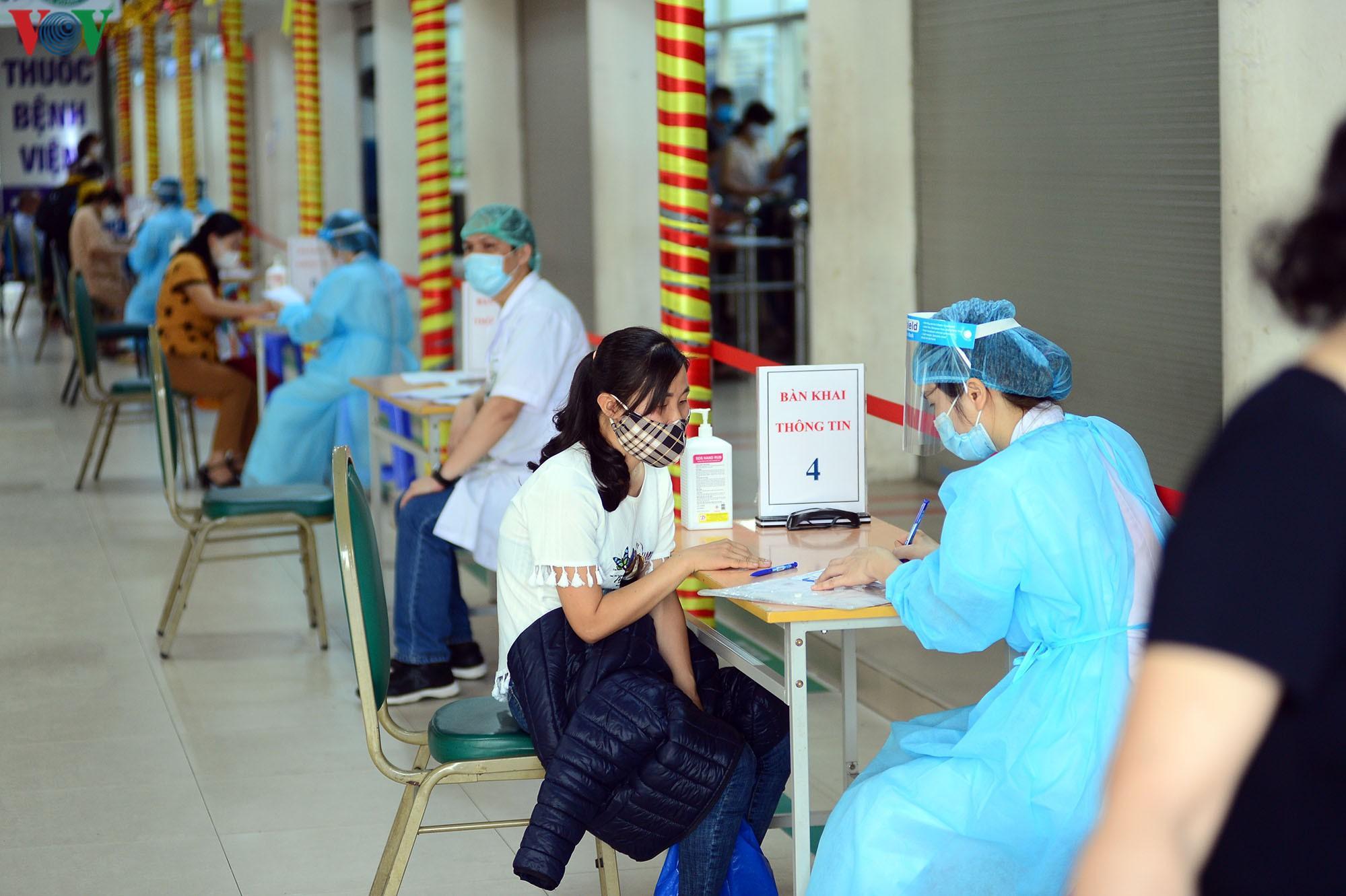 Người dân đổ về bệnh viện Bạch Mai khám bệnh sau thời gian cách ly Ảnh 13