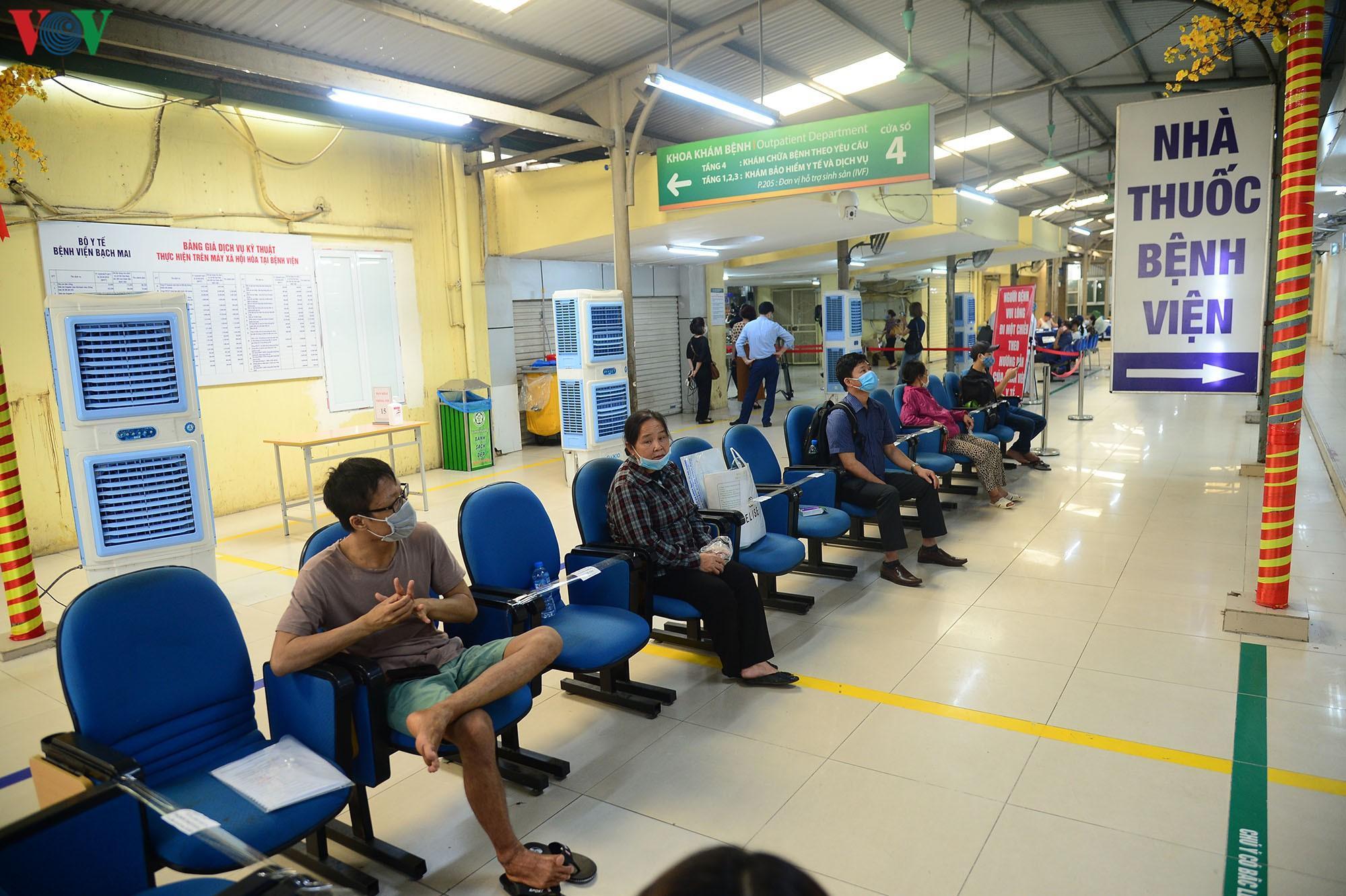 Người dân đổ về bệnh viện Bạch Mai khám bệnh sau thời gian cách ly Ảnh 16