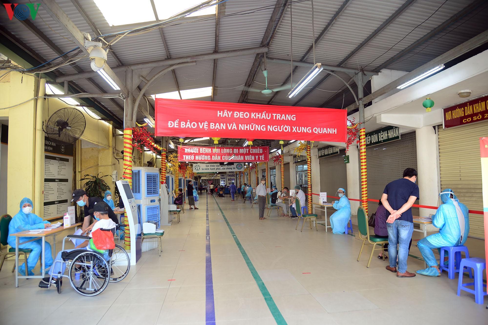 Người dân đổ về bệnh viện Bạch Mai khám bệnh sau thời gian cách ly Ảnh 14