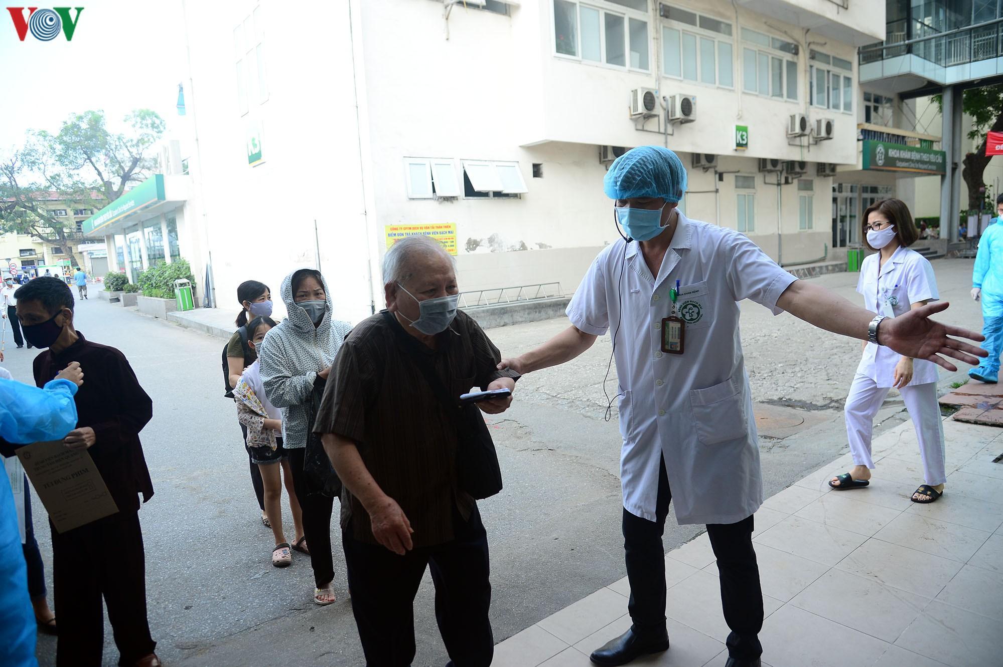 Người dân đổ về bệnh viện Bạch Mai khám bệnh sau thời gian cách ly Ảnh 10