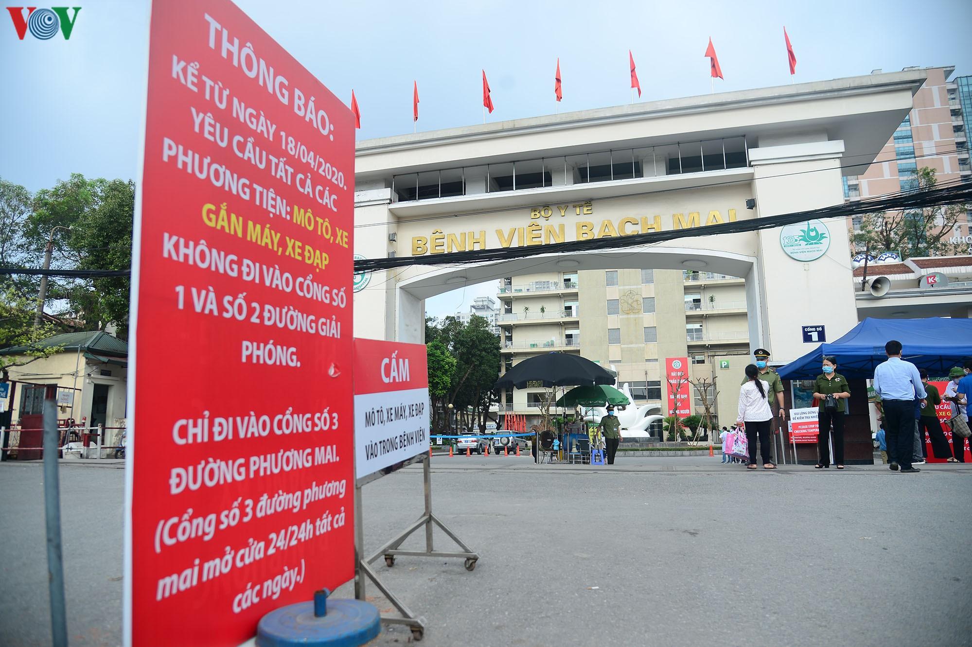 Người dân đổ về bệnh viện Bạch Mai khám bệnh sau thời gian cách ly Ảnh 1