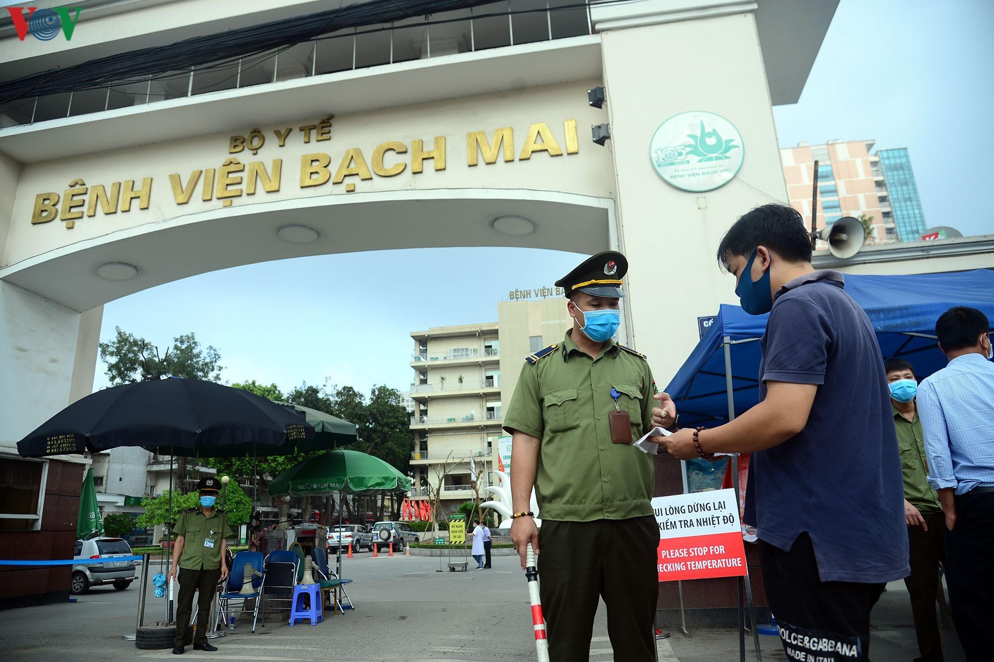 Người dân đổ về bệnh viện Bạch Mai khám bệnh sau thời gian cách ly Ảnh 2