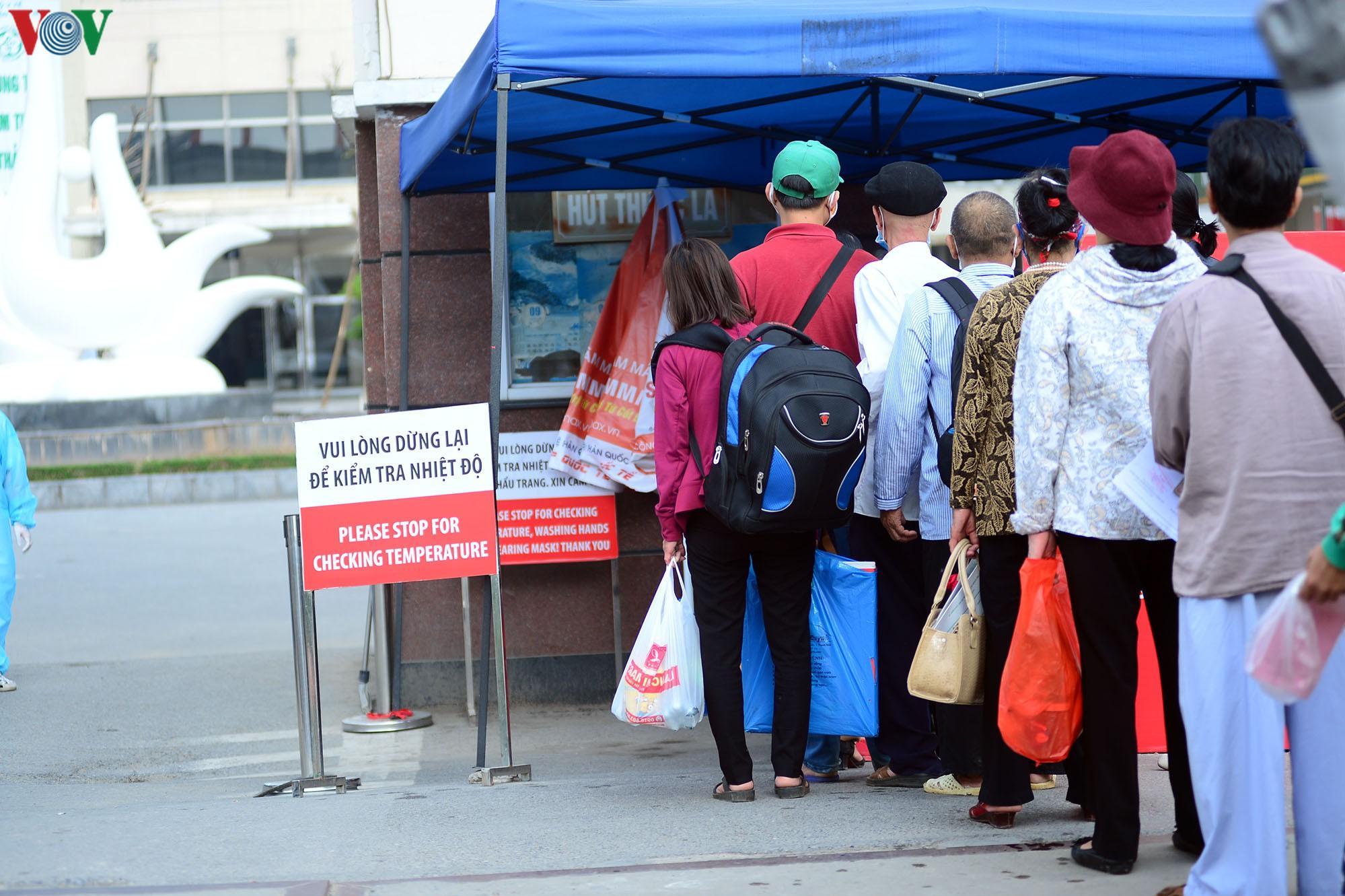 Người dân đổ về bệnh viện Bạch Mai khám bệnh sau thời gian cách ly Ảnh 3