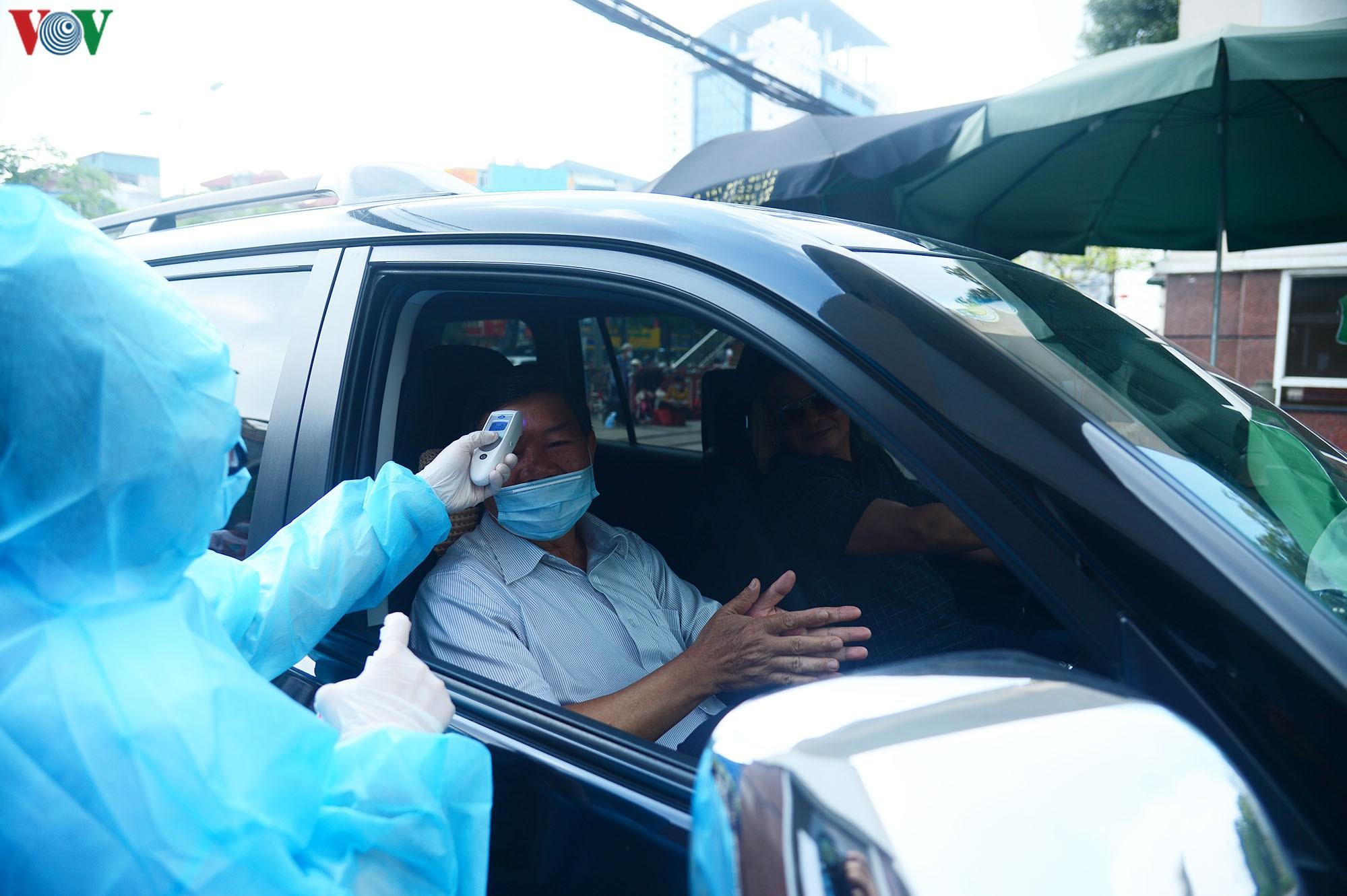 Người dân đổ về bệnh viện Bạch Mai khám bệnh sau thời gian cách ly Ảnh 9