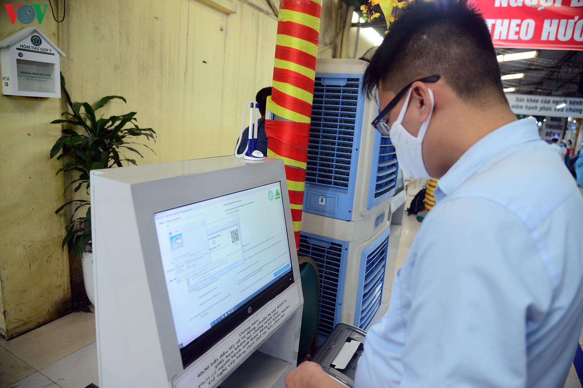 Người dân đổ về bệnh viện Bạch Mai khám bệnh sau thời gian cách ly Ảnh 11