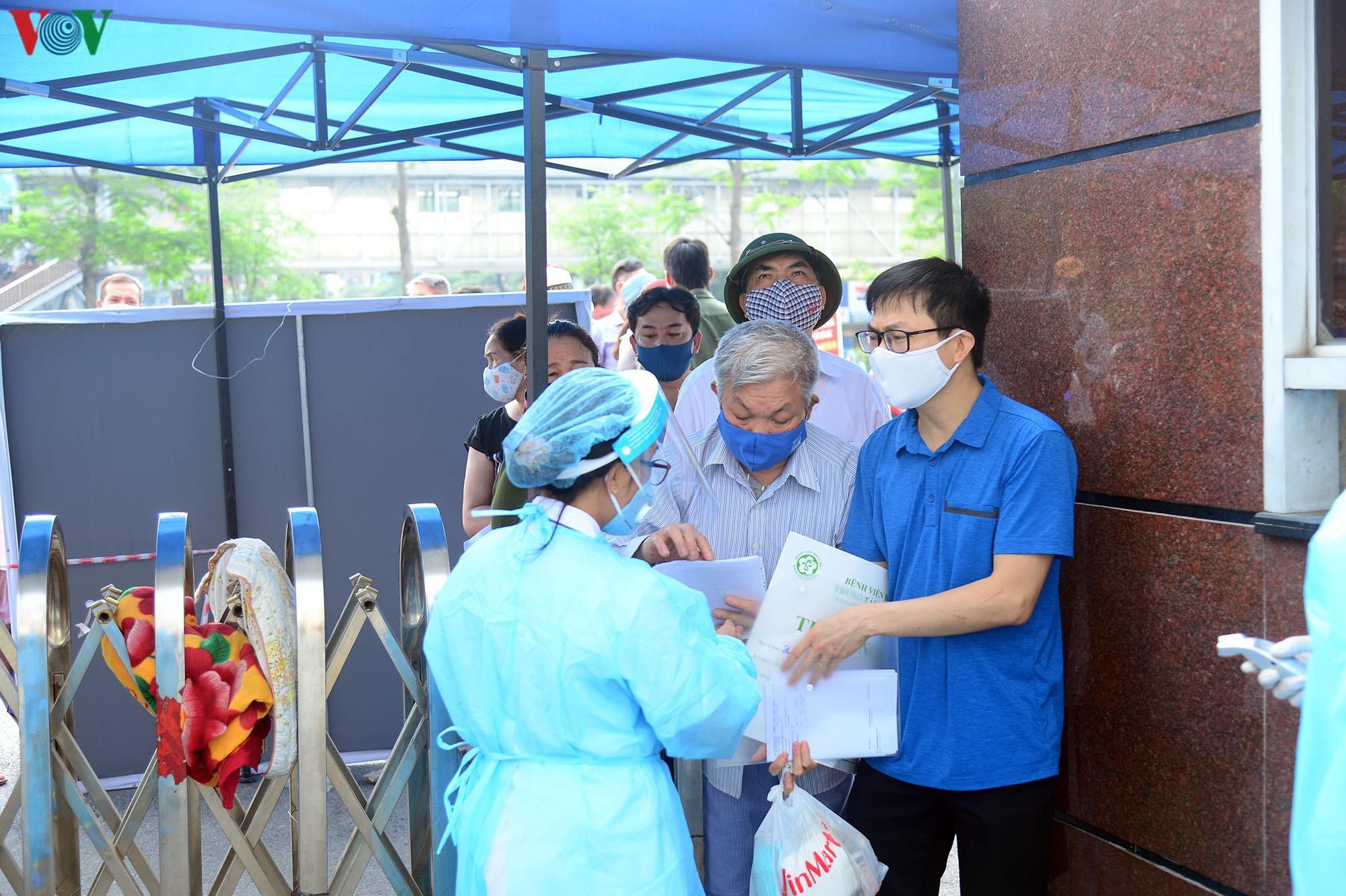 Người dân đổ về bệnh viện Bạch Mai khám bệnh sau thời gian cách ly Ảnh 4