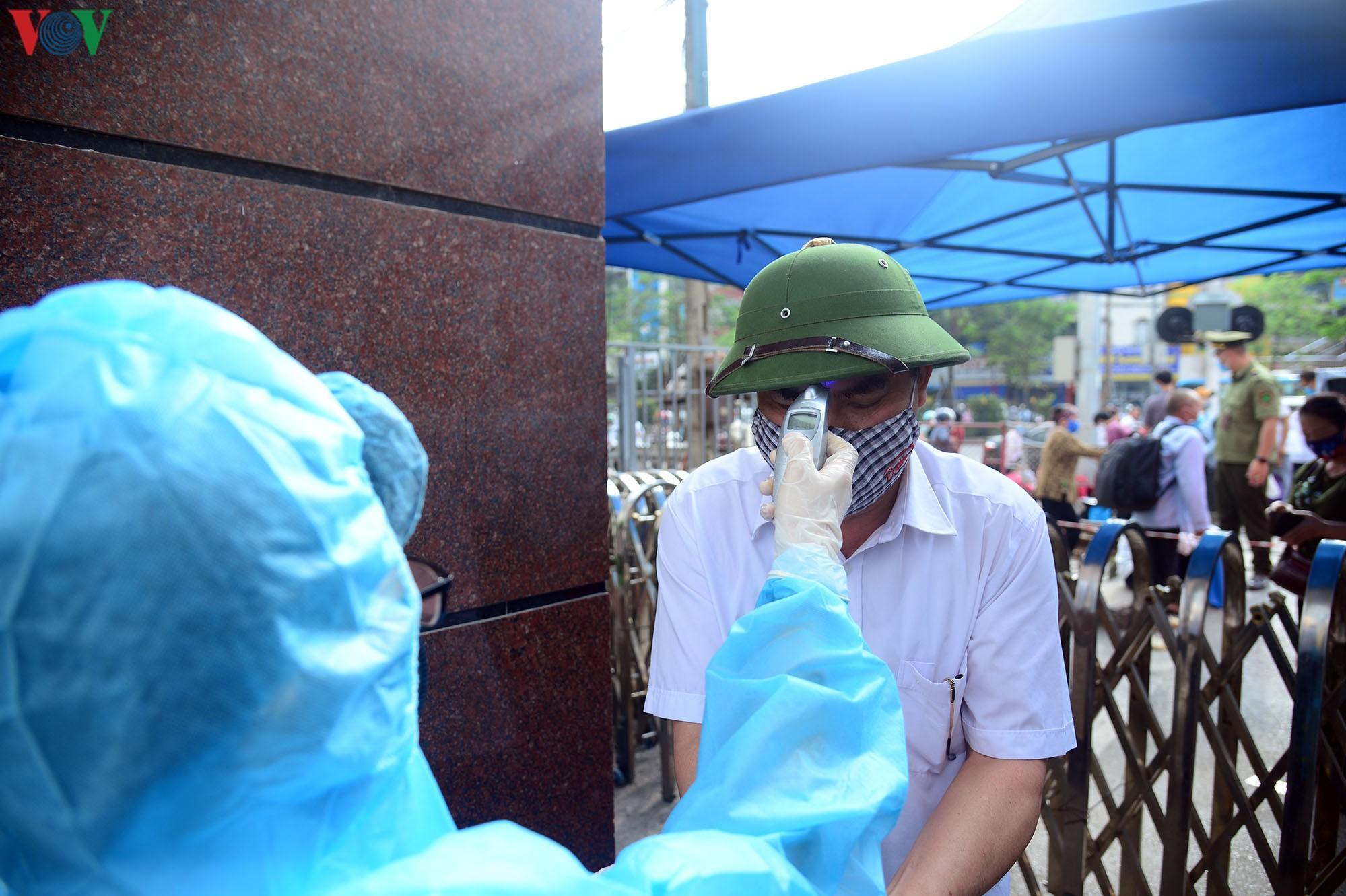 Người dân đổ về bệnh viện Bạch Mai khám bệnh sau thời gian cách ly Ảnh 5