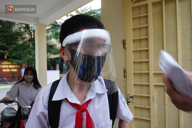 Bác sĩ lên tiếng về việc học sinh đeo kính chắn giọt bắn đến trường: 'Điều đó không cần thiết, còn gây khó chịu và có thể ảnh hưởng đến mắt các cháu' Ảnh 1