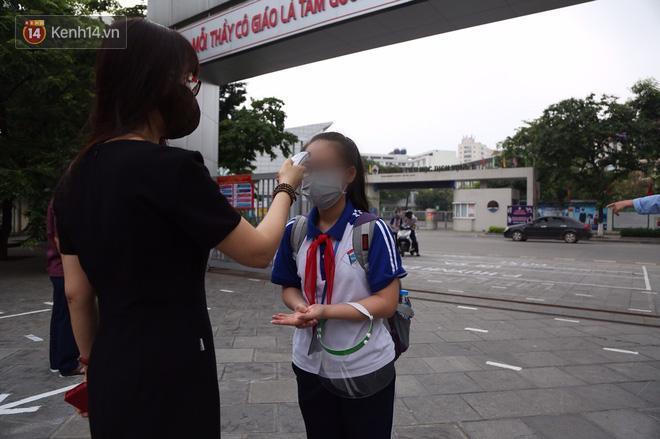 Bác sĩ lên tiếng về việc học sinh đeo kính chắn giọt bắn đến trường: 'Điều đó không cần thiết, còn gây khó chịu và có thể ảnh hưởng đến mắt các cháu' Ảnh 2