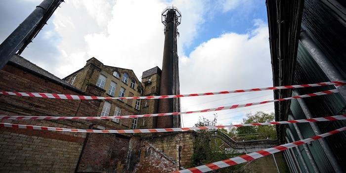 Người Anh đã đốt 77 trạm phát sóng di động vì cho rằng chúng gây ra virus corona Ảnh 1