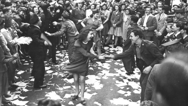 Chùm ảnh: Niềm hân hoan trong Ngày Chiến thắng ở châu Âu 1945 Ảnh 1