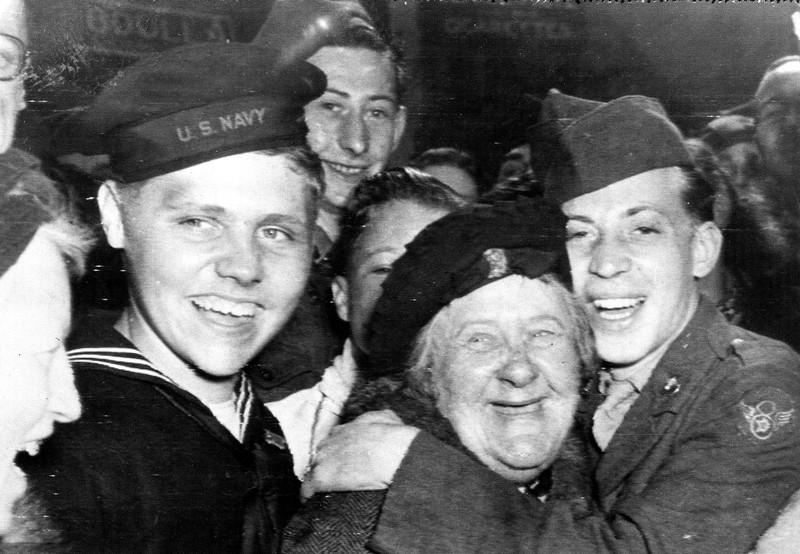 Chùm ảnh: Niềm hân hoan trong Ngày Chiến thắng ở châu Âu 1945 Ảnh 9