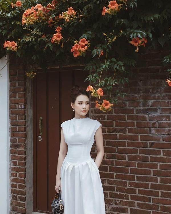 Cách diện đồ trắng chuẩn quý cô thanh lịch của Sam Ảnh 9