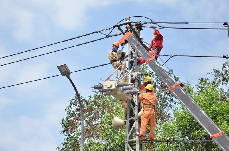 Điện lực Quảng Ngãi thực hiện nhiều giải pháp đảm bảo nguồn điện trong mùa nắng nóng Ảnh 2