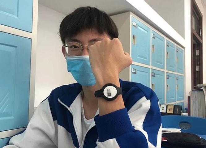Học sinh Trung Quốc đeo vòng tay đo thân nhiệt kết nối điện thoại di động Ảnh 1